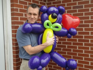 Greenville balloon twister makes big balloon bear